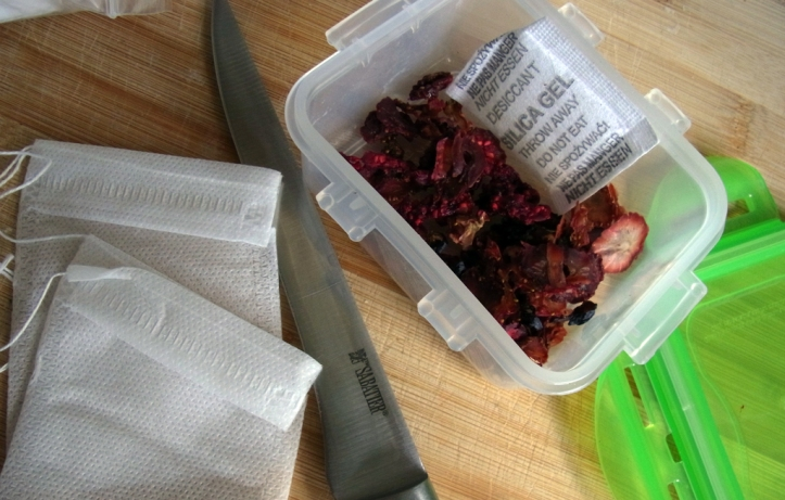 'Make your own tea' bags and fruit mix